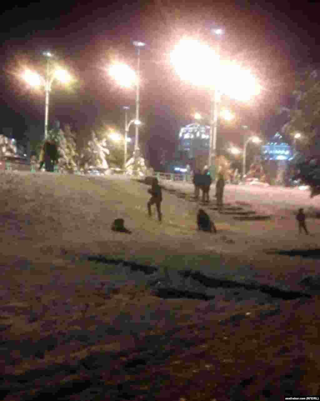 Дети играют в снежки. Ашхабад, 26 декабря, 2020