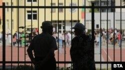Роднините на децата наблюдаваха първия учебен ден зад оградите. Ограниченията са заради епидемията от COVID-19