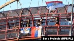 Protestë me flamuj serbë në Mal të Zi. Protestuesit kanë kundërshtuar së voni largimin e mundshëm të ministrit të Drejtësisë, i cili ka refuzuar ta cilësojë Masakrën e Srebrenicës si gjenocid.