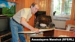 Владимир Шашенко сделал стол из табуретки, чтобы было удобнее кормить прикованную к постели жену.