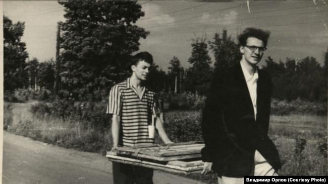 Сергей Чудаков (слева) и неизвестный несут картины. Из архива Александра и Арины Гинзбург, университет Нотр-Дам, Хесбург, США