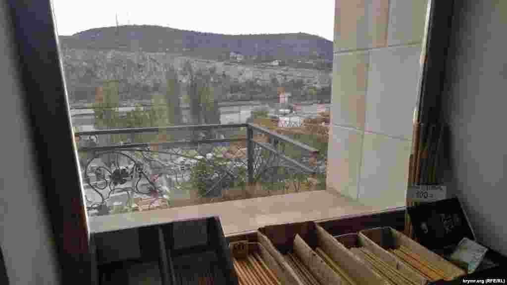 З монастирського віконця краєвид на промзону заводу залізобетонних виробів