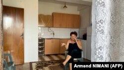 Dragica Gashiq flet në telefon nga banesa e saj në qytetin e Gjakovës, më 28 korrik 2021.