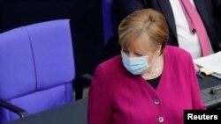 Герман канцлери Ангела Меркел айым өлкөнүн ички иштер министри Хорст Зеехофер мырзага кайрылууда. Берлин. 2021-жылдын 25-марты.