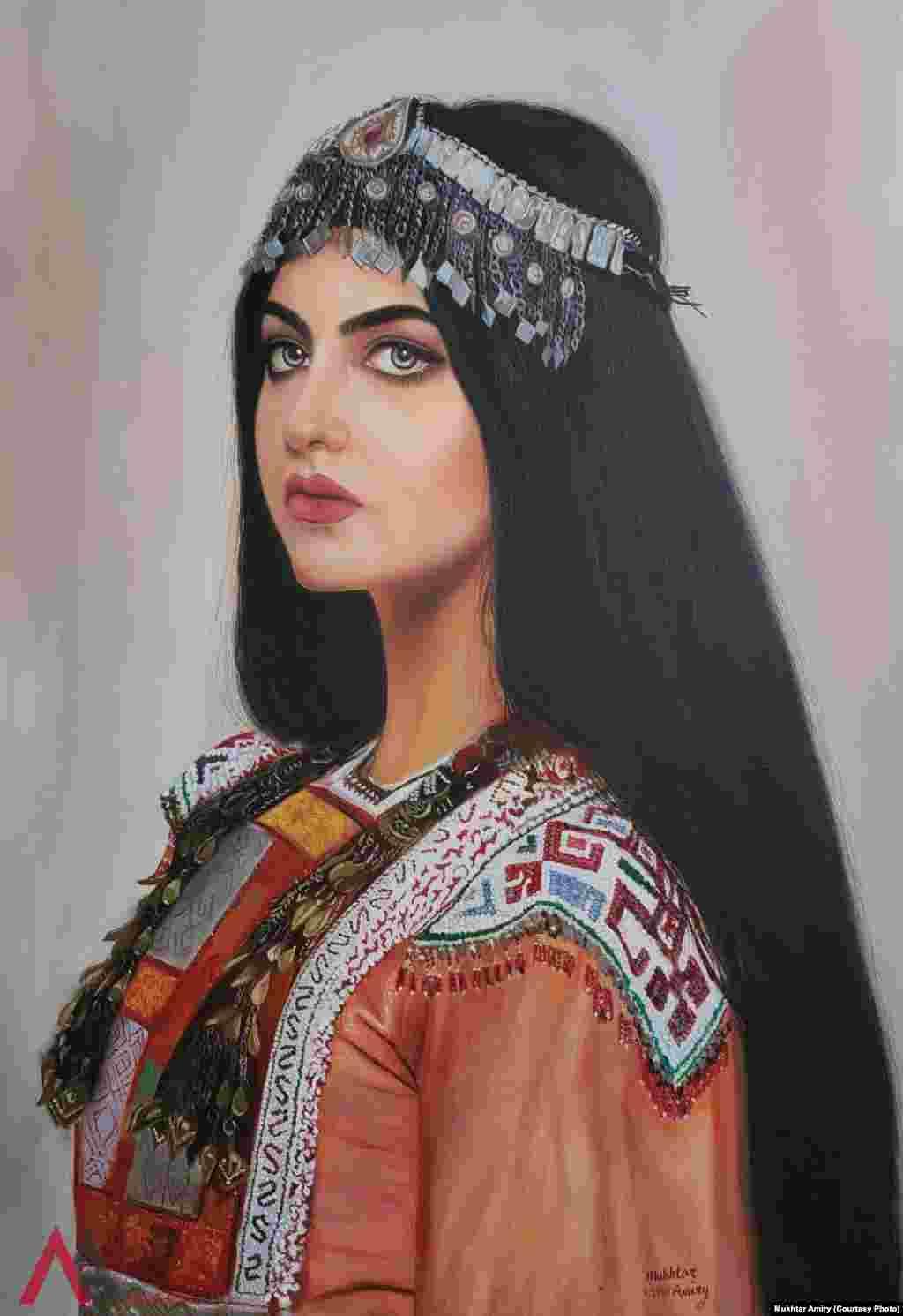 یک زن افغان با لباس های سنتی کشور