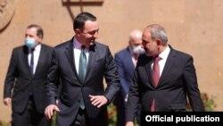 Armenia - Armenian Prime Minister Nikol Pashinian (R) and his Georgian counterpart Irakli Gharibashvili meet in Yerevan, May 12, 2021.