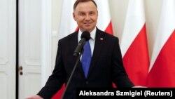 На питання співрозмовника, чи не планує Польща анексувати українське місто Львів «та інші території», Дуда відповів: «Ні, це Україна!»