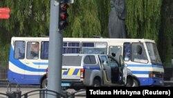 Автобус бо гаравгонҳо дар маркази шаҳри Лутски Украина, 21 июли соли 2020