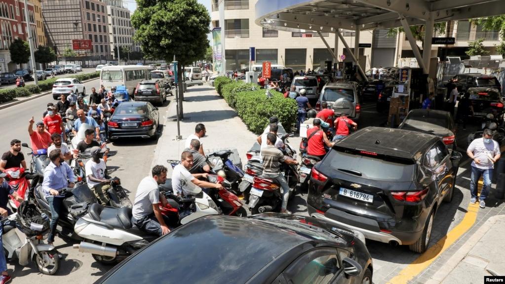 صف موتورها و ماشینهای منتظرِ سوخت در پمپبنزینی در بیروت، ۲۹ ژوئن ۲۰۲۱