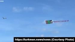 Туркменский флаг и надпись «Диктатор Туркменистана — SOS», Нью-Йорк, 16 июля, 2020