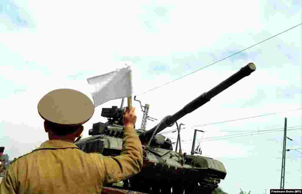 Horn Gyula magyar és Eduard Sevardnadze szovjet külügyminiszter 1990. március 10-én írta alá Moszkvában a szovjet csapatok Magyarországról történő kivonásáról szóló egyezményt. Az egyezmény után két nappal, 1990. március 12-én kezdődött meg a szovjet csapatok kivonulása. A kép 1989. április 25-én készült Kiskunhalason, ahol harmincegy szovjet harckocsit raktak vasúti szerelvényre, és indítottak útnak a Szovjetunió felé.
