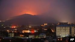 აფეთქებების კვამლი და ცეცხლი შუშის რაიონში, სტეფანაკერტის მახლობლად