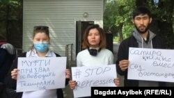 Активисты «Oyan, Qazaqstan» у здания полиции, куда был доставлен администратор паблика Qaznews24 Темирлан Енсебек после обыска. Алматы, 15 мая 2021 года.