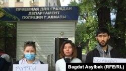 До будівлі департаменту поліції, де триває допит блогера, прибули кілька його соратників
