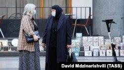 Վրաստան - Թբիլիսիի բնակիչները կորոնավիրուսից պաշտպանվելու համար դիմակ են կրում փողոցում, արխիվ
