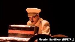 «Жат эмесмин» спектаклинде НКВДнын офицери Хайдар. Хайдардын образын театр актёру Нурбек Эсенгазы уулу ойноду.