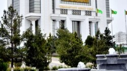 Türkmenistan studentlere pul geçirmelerini 'doly ýatyrmagy' meýilleşdirýär
