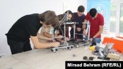 Učenici i mentori iz bh. robotičke reprezentacije u Centru za edukaciju, robotiku, inovacije i tehnologiju Mostar