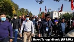 Парламенттик шайлоонун жыйынтыгына нааразы болгон жарандар. Бишкек шаары. 2020-жылдын 5-октябры.