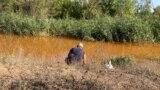 Рыбак на берегу Камышевахи, куда сливают шахтные воды. Они пришли с оккупированной территории и переполнили шахту в подконтрольном Украине Золотом. Сентябрь 2021 года
