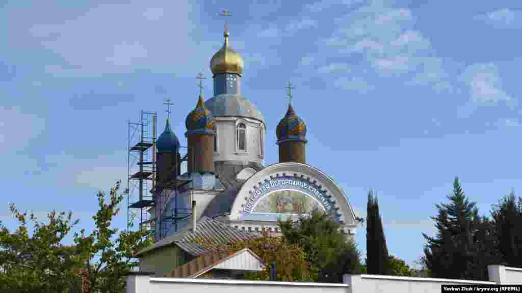Церковь Успения Пресвятой Богородицы увешана строительными лесами. Начинали ее строить в непростом 1923 году, в эпоху борьбы большевиков с религией. Советская власть закрывала храм в 1930-х и 1960-х годах, там размещался спортзал, клуб, зернохранилище. В 1965 году церковь была окончательно разрушена, ее восстановление началось в 1994 году