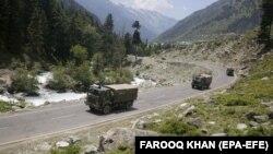 Архива - индиски воени камиони во Кашмир.