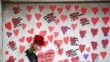 150 ezer szívet rajzoltak Londonban a Szent Tamás Kórház előtti falra, a Temze partján, hogy az áldozatok hozzátartozói beleírhassák szeretteik nevét.