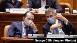 USR-PLUS caută argumente pentru a explica de ce rămân în Guvern cu premierul Cîțu. Imagine din Parlament cu premierul Cîțu și vicepremierul Barna.