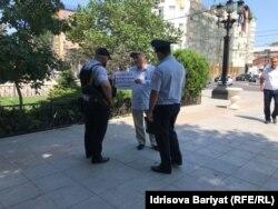 Полицейские подошли к участнику пикета