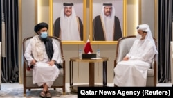 دیدار ملا برادر با وزیر خارجه قطر، ساعاتی پیش از بازگشت به افغانستان