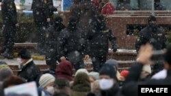 Белорусские полицейские собрались возле места протестного митинга пенсионеров. Минск, 14 декабря 2020 года