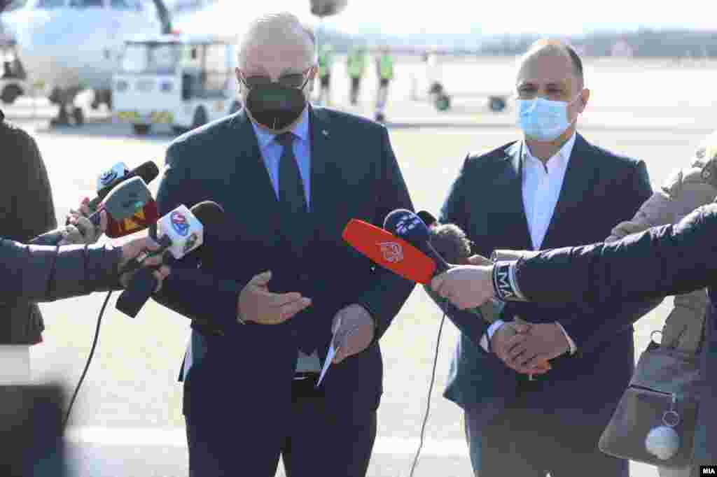 МАКЕДОНИЈА / РУСИЈА - Рускиот амбасадор во Македонија, Сергеј Баздникин, денеска во Штип изјави дека не го знае точниот датум кога ќе пристигнат останатите руски вакцини Спутник V, но, како што рече, убеден е дека вакцинацијата на македонските граѓани ќе оди непречено и Договорот потпишан од страна на Рускиот фонд за директни инвестиции и Министерството за здравство ќе биде испочитуван, јави МИА.