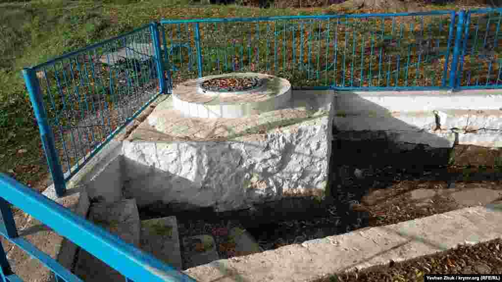 Зараз води в джерелі-фонтані немає. Централізованого водопостачання у Гончарному теж немає. «У нас колодязі, – каже місцевий пенсіонер. – Обіцяють, все обіцяють і воду, і газ провести. Але коли це буде?»