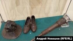 Панама, калоши и отбойный молоток шахтера, экспозиция Прокпьевского краеведческого музея в Кемеровском музее изобразительных искусств