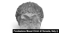 Geta császár márványból készült, a damnatio memoraie nyomán vésővel megrongált fejszobra - Római Birodalom, körülbelül i. sz. 200