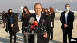 Министерот за здравство Венко Филипче на аеродромот во Скопје.