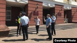 Активист Артамонов в окружении полицейских. Фото Российского социалистического движения (РСД)