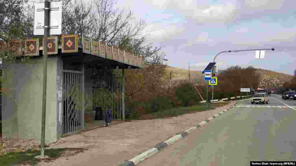 Зупинка «Гончарне» на трасі Севастополь-Ялта Повз село проходить побудована на початку 1970-х траса Севастополь-Ялта, від міста на автобусі можна дістатися за 25 хвилин. Приїжджаючих зустрічає радянська «фірмова» зупинка з мозаїкою з кольорових камінців, на якій зображені гончарі