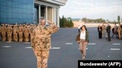 Germaniya Mudofaa vaziri Annegret Kramp-Karrenbauer Toshkent aeroportida Bundesver harbiylari tomonidan qarshilandi - 27 - avgust, 2021