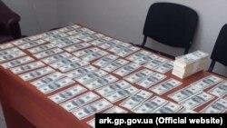Підозрюваного затримали при оформленні купівлі-продажу кримського майна та отримання від «покупця» 85000 доларів США