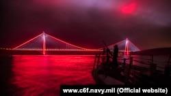 Американский ракетный эсминец USS Carney (DDG 64) проходит через пролив Босфор. Февраль 2018 года