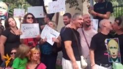 Активісти за права геїв цілувалися біля посольств Росії