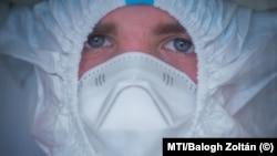 Védőfelszerelést viselő ápoló az Országos Korányi Pulmonológiai Intézet koronavírus-osztályán