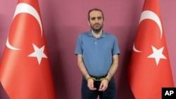 عکسی که سرویس امنیتی دولت ترکیه از صلاحالدین گولن بعداز ربودن او در کنیا منتشر کرد
