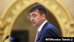Domokos László, az Állami Számvevőszék elnöke az Országgyűlés plenáris ülésén 2020. július 2-án. (Fotó: MTI/Kovács Tamás)