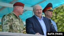 ბელარუსის ლიდერი ალიაქსანდრ ლუკაშენკა და შინაგან საქმეთა მინისტრი იური კარაევი (მარჯვნივ). 2020 წ. 28 ივლისი.