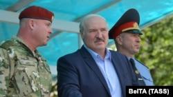 Александр Лукашенко с руководителями МВД на смотре подразделений спецназа в Минске, 28 июля 2020