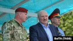 Претседателот на Белорусија Александар Лукашенко и министерот за внатрешни работи Јури Карајеу (Д) ја посетија базата на специјалните сили на Министерството за внатрешни работи во Минск, 28 јули 2020 година