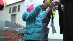Акция протеста против отказа в детсадовском обучении детям с временной регистрацией