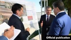 Uzbek President Shavkhat Mirziyoev (center) with businessman Achilbay Ramatov (right), pictured in 2019